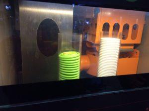 自販機の中でオレンジが絞られているところ