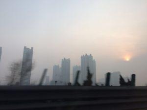 天津から河北省に向かう高速道路からの眺め、煙っている