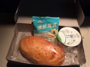 山東航空の機内食。パン、落花生、ヨーグルト。