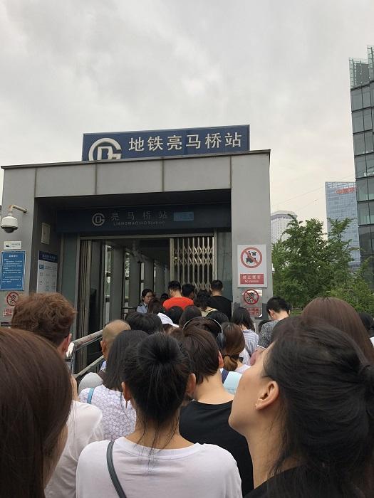 入場制限される北京の地下鉄駅