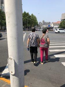 天津の街を歩く高齢女性二人